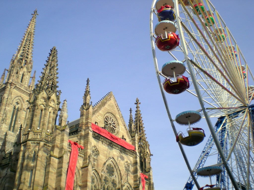 Le Temple Saint Etienne et la Grande Roue de Noël à Mulhouse © French Moments
