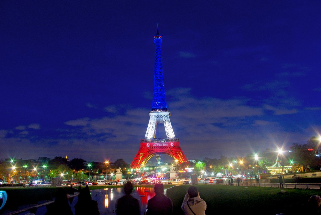 La Tour Eiffel en bleu-blanc-rouge à l'heure bleue © French Moments