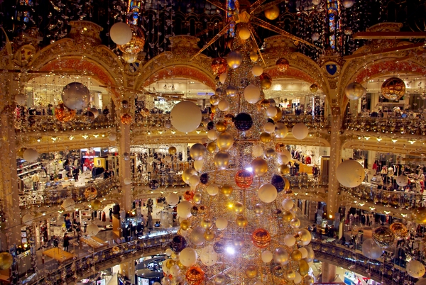 Le sapin cosmique 2015 des Galeries Lafayette sous la coupole Art Nouveau © French Moments