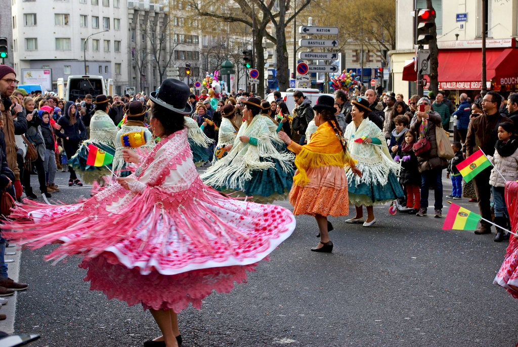 Le carnaval de Paris en route vers la Place de la République © French Moments