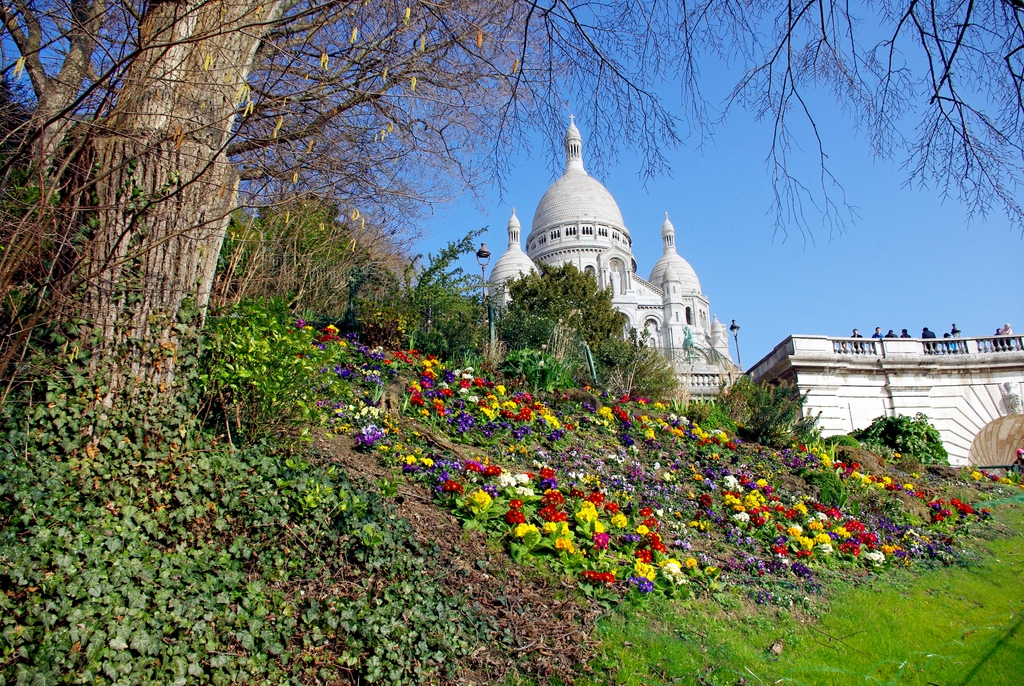 Fleurs de printemps au Square Louise Michel à Montmartre © French Moments