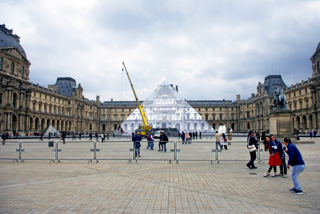 La pyramide du Louvre s'efface devant la façade du l'ancien palais royal © French Moments