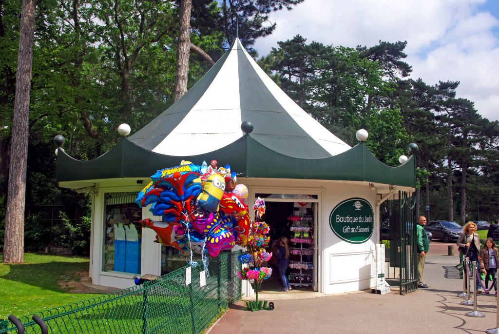 Pavillon vendant des souvenirs à l'entrée du parc © French Moments
