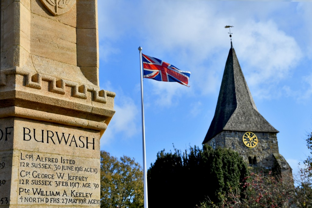 Le Burwash War Memorial et l'église anglicane © French Moments
